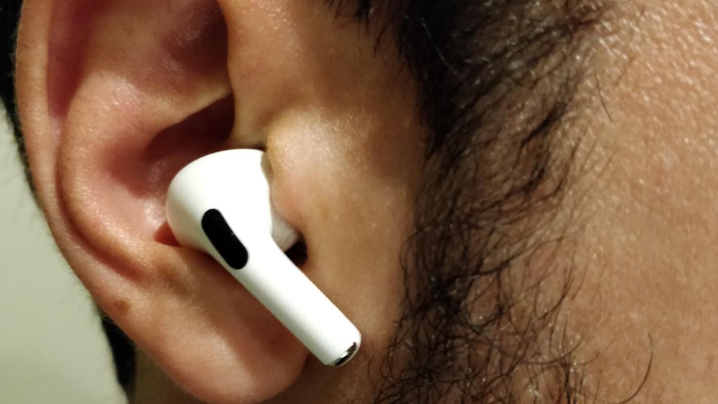 Se você tem AirPods Pro e eles caem do seu ouvido, tente isso