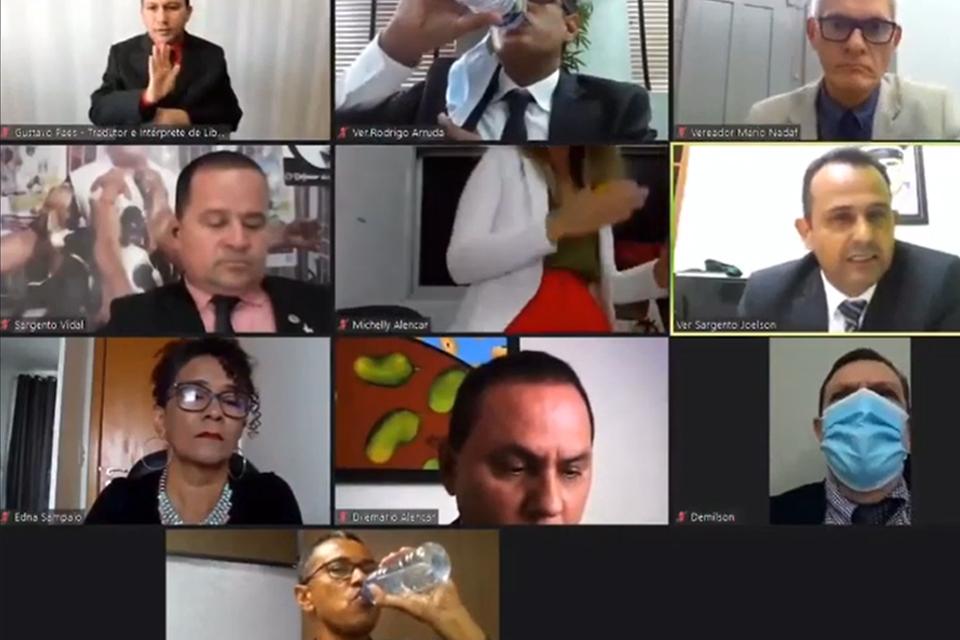 Sem notar a câmera ligada, vereadora faz passinho em sessão [vídeo]